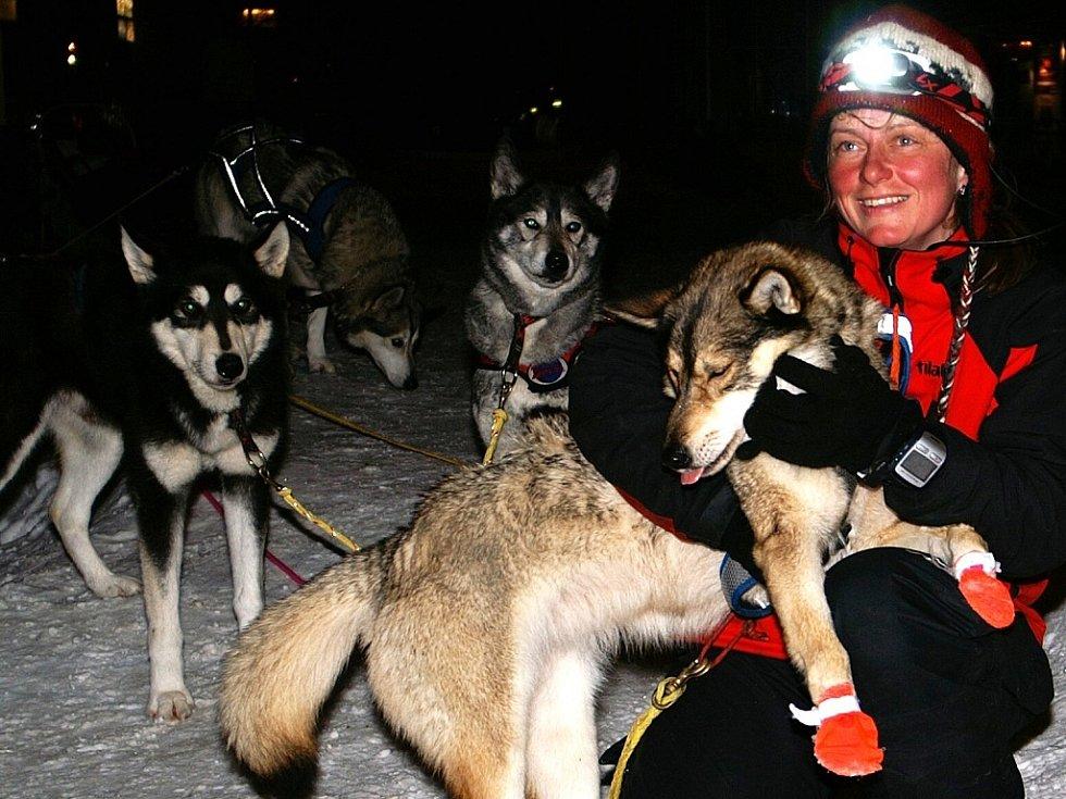 Jana Henychová z Horního Maxova se svou smečkou huskies dosáhla 16. března ve čtyři hodiny ráno cíle extrémního závodu Finnmarksløpet 2009 v norské Altě. 1060 kilometrů zvládla za 8 dní, 16 hodin a 8 minut.