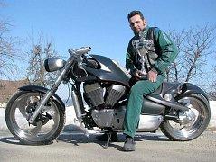 """V roce 2011 si František """"Bárt"""" Bártík přivezl pohár za nejkrásnější přestavbu motocyklu v kategorii Chopper & Cruiser v mezinárodní soutěži Bohemian Custom Bike. Za stavbu motocyklu BFC 1500 Greys - na snímku."""