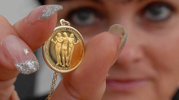 Bižuterie česká mincovna připravila hlavně pro sběratele a jejich manželky zlatý medailonek na řetízku Tři Grácie.Návrch vypracoval ak. sochař Vladimír Oppl a o rytecké úpravy se zasloužil Lubomír Lietava.Materiál AU 999.9.Hmotnost 3,49g.průměr 19 mm.