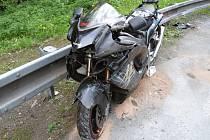 Poškozený motocykl ztnačky Suzuki.