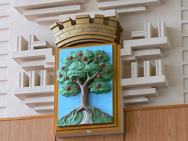 Aktuality z Jablonce, jednání zastupitelů a radních. Snímek znaku města z velké zasedací síně jablonecké radnice.