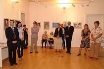Výstavu v českém centru v Drážďanech zahájil generální konzul ČT v Drážďanech Tomáš Podivínský (uprostřed) a ředitelka Jedličkova ústavu Hana Peldová (vpravo).