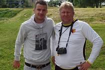 Jaroslav Strnad (vpravo) s fotbalovým reprezentantem Danielem Pudilem, který na Pěnčín velmi často zavítá a oddílu věnoval dvě sady dresů FC Watford.