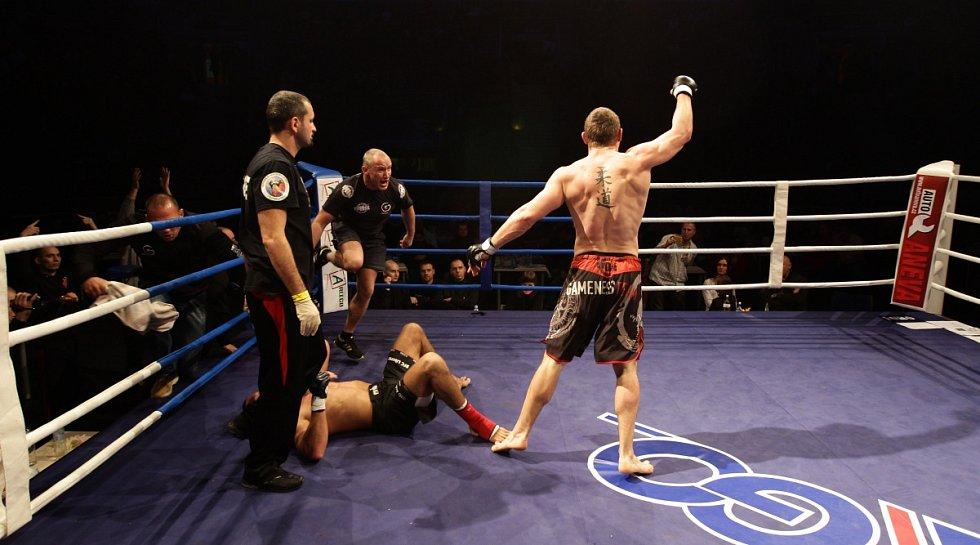 Night of Warriors II v Tipsport areně. Na snímku Tomáš Penz (BFC Liberec) a vítězný Kamil Szymuszowski (Polsko).