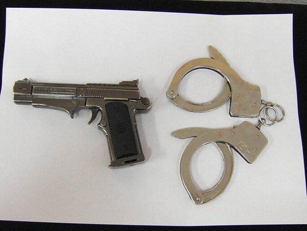 Policisté dopadli pachatele tří různých přepadení na Jablonecku. Na snímku předměty, které nalezli při domovní prohlídce - pistoli a pouta, kterými si pomáhal při činech. Nalezli také oděvy, které muž používal při spáchání loupeží.
