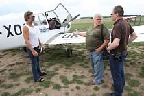 President aeroklubu České republiky Vlastimil Dvořák (vlevo) si myslí, že zákaz vyhlídkových letů je nesmysl. Aerokluby nyní létají tak zvané fotolety, což je v podstatě totéž říká Dvořák.
