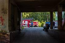 Sedm jednotek hasičů zasahovalo u požáru elektroinstalace v rozvodném potrubí dvanáctipodlažního panelového domu v Tanvaldu v ulice Horská.