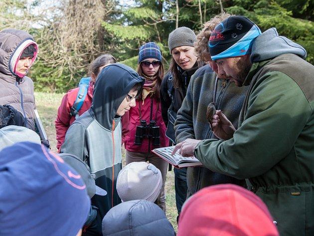 Na Jizerce proběhlo Vítání ptačího zpěvu. Zkušený ornitolog předvedl kroužkování pěvušky modré.