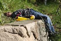 Pití alkoholu na veřejnosti. Snímek z Jablonce v sobotu 4. října.