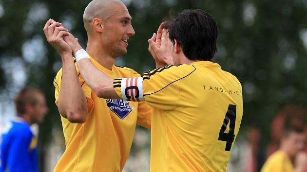 Fotbalisté Mšena sestřelili Holici (v modrém) přídělem 8:0. Ondřej Ginzel (vlevo) a kapitán Jiří Bém se postarali společně o pět branek.