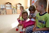V budově Základní školy v Kokoníně vzniklo jedno oddělení mateřské školky. Předškolní děti z Kokonína od začátku školního roku využívají nově obloženou a vymalovanou, podle norem hygienicky upravenou třídu s novým nábytkem, osvětlením a plastovými okny.
