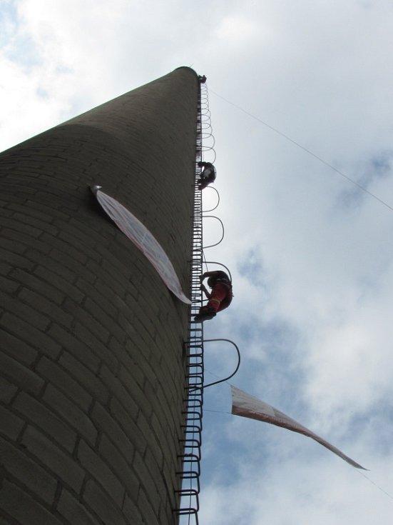JAKO Z FILMU POSTŘIŽINY si vykouzlili zážitky ti odvážlivci, kteří zdolali 63,5 metrů a ocitli se na vrcholu komína albrechtické firmy DETOA. Jako Jaromír Hanzlík a Magda Vašáryová pozorovali hemžení pod nimi.