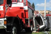 Ke kuriózní, ale ošklivé dopravní nehodě, při níž utrpěl zranění řidičCitroënu Xsara, došlo v úterý krátce po desáté hodině ranní v ulici Palackého v Jablonci na křižovatce ke Kauflandu. Osobní vůz se srazil s vozidlem hasičů, kteří byli právě na cestě