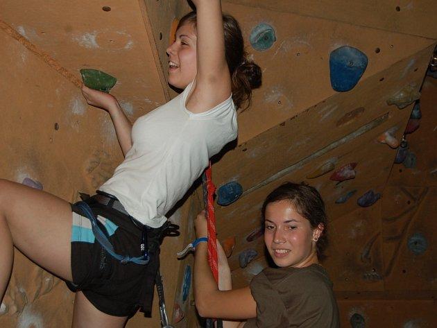 Včerejší odpolední program nabídl zájemcům i lezeckou stěnu v tělocvičně v Základní škole Mozartova, kde mají  účastníci kempu i hlavní stan, odkud vyrážejí sportovat například až do Liberce.
