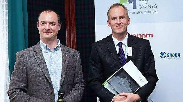 Místostarosta Železného Brodu Miloslav Louma (vpravo) převzal ocenění Město pro byznys Libereckého kraje