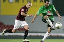 Jablonec se Spartou prohrál 0:1. Na snímku Luboš Loučka z Jablonce odehrává míč před Markem Matějovským ze Sparty.