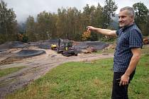 Starosta Tanvaldu Vladimír Vyhnálek ukazuje nový asfaltový pumtrack.