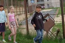 Nejen žáci třetí a čtvrté třídy ze Základní školy v Rýnovicích musejí kvůli nebezpečnému hřišti chodit na tělocvik do přírody nebo využívat krytou tělocvičnu.