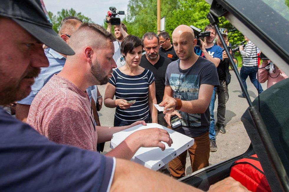 Novináři stále čekají 22. května před věznicí Rýnovice v Jablonci nad Nisou, v níž si odpykává trest vrah Jiří Kajínek. Za dvojnásobnou vraždu byl odsouzen na doživotí a ve vězení strávil 23 let. Nyní by se mohl dostat na svobodu díky prezidentské milosti