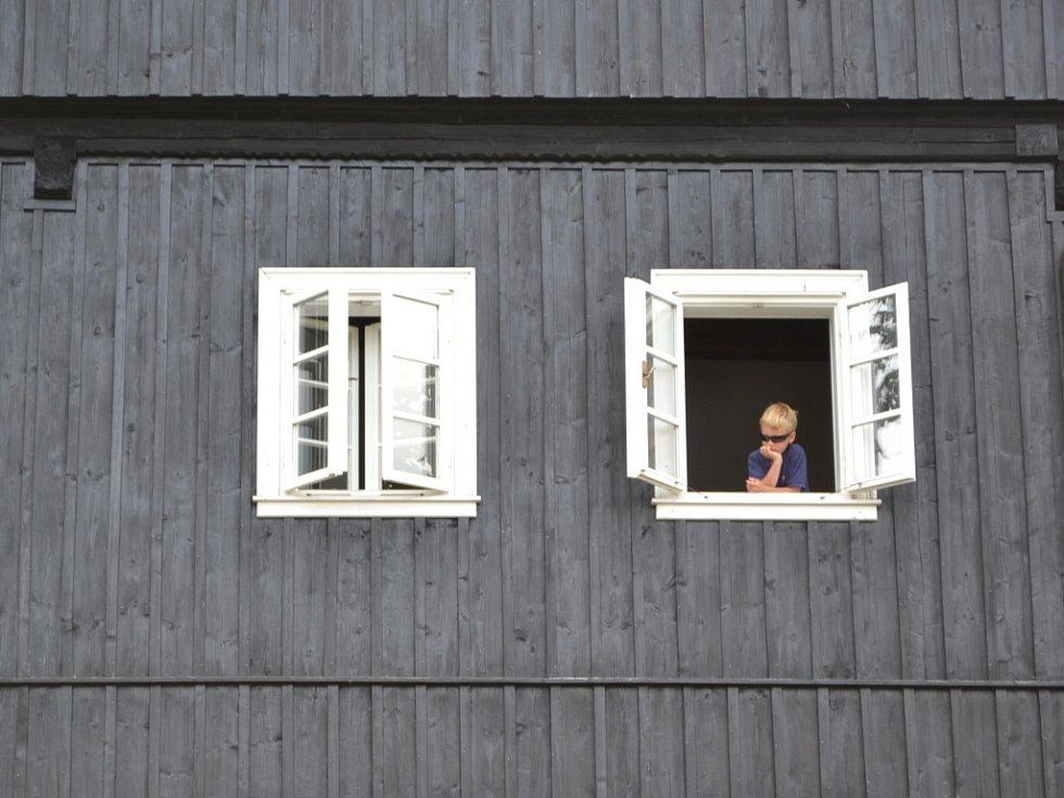 Jubilejní desátá Anenská pouť v osadě Jizerka se vydařila. Podle organizátorů bylo počasí akorát. Do nejvýše položené osady v České republice už od rána přicházely a přijížděly davy návštěvníků.
