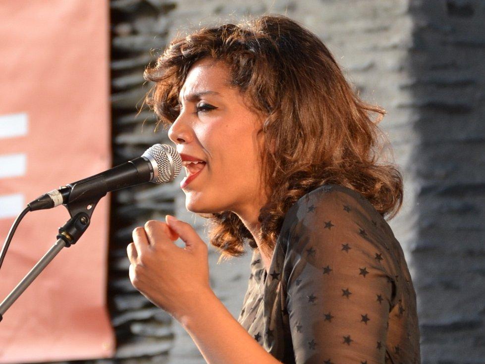 CHLOE CHARLES TRIO vystupovalo ve čtvrtek na Letní scéně v rámci prázdninových čtvrtečních koncertů.