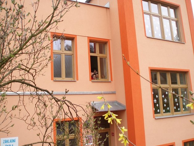 Mateřská a Základní škola ve Zlaté Olešnici má nový kabát. Celá budova má své zvláštní kouzlo. Z oken je vidět dolů do údolí na celou vesnici, odkud každé ráno vzhůru míří malí do herny i školáci do malotřídky.