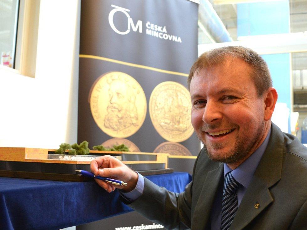 Radek Šulta, ředitel České mincovny, ukazuje, kde by mohla být jeho kancelář. Podpis memoranda a představení makety nové mincovny.