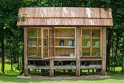Knihovnu uprostřed lesoparku Na Sluneční louce postavili v Příchovicích v Jizerských horách na Jablonecku. Návštěvníci si mohou z knihovny nedaleko od rozhledny Maják Járy Cimrmana vypůjčit kromě knih i karimatku.