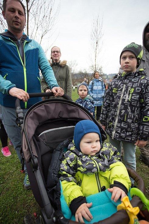 Pokojné shromáždění na podporu vedení Waldorfské školy Semily, která nepožaduje po dětech testování na Covid-19.