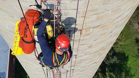 Hasiči lezci trénovali na skalách i na komínu.