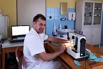 Obvodní lékař pro Zásadu a okolní obce Jan Žwak v době, kdy nevyšetřuje pacienty, začal šít roušky. Pro sebe a personál, roušky si ale odnáší i pacienti.