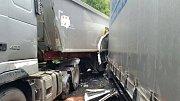 V pátek po poledni vyjížděly záchranářské jednotky do zatáček u Železného Brodu. K nehodě dvou kamionů.