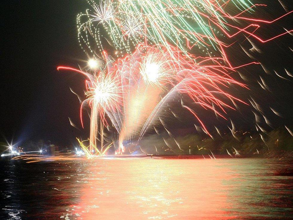 Tisíce lidí se sešly v předvečer prvního máje na březích přehrady Mšeno v Jablonci nad Nisou, aby viděly tradiční ohňostroj a lampionový průvod s mažoretkami.