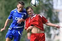 Mšeno porazilo Letohrad (v modrém) 3:0. Na snímku Ondřej Kail z Letohradu a Petr Kraus ze Mšena.