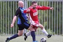 Fotbalisté Maršovic porazili Tanvald (v modrém) vysoko 7:0. Navíc dostali sud piva za gól Sitarčíka z půlky hřiště.