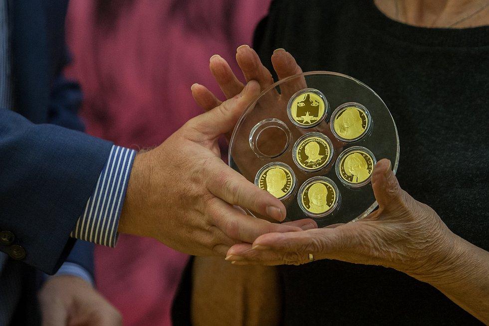 Zpěvačka Marta Kubišová navštívila 5. října Českou mincovnu v Jablonci nad Nisou u příležitosti ražby zlaté mince se svým portrétem. Na snímku je kolekce mincí Slavíci ve zlatě s nově doplněnou mincí Marty Kubišové.