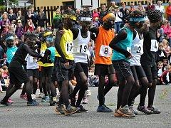 Keňští běžci ve své choreografii ukázali, jak důležitá je ve sportu fair play. Některé závodníky do cíle dokonce odnesli.