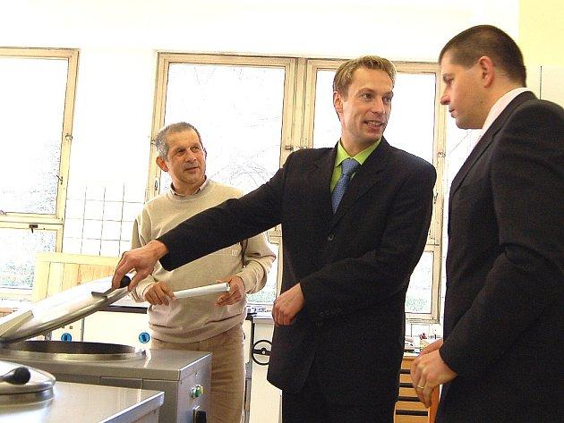 Marek Pieter, starosta Desné, ukazuje Radimu Zikovi, náměstkovi hejtmana, stav kotlů na vaření. Přihlíží ředitel školy Stanislav Jirouš.