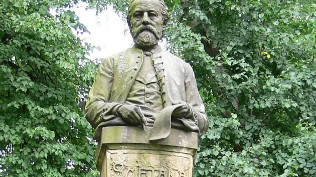 Pomník Bedřicha Smetany, ztělesňuje jeho duchovní velikost a postavy Jeníka a Mařenky (v hořickém kroji) připomínají jeho nejmilovanější operu. Dílo podle vítězného soutěžního návrhu prof. Mořice Černila (1903) stojí v Hořicích.