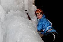 Letošní ročník byl jiný v tom, že se poprvé závodilo v noci pod umělým osvětlením a na lezce čekal na vrcholu rampouchu náročný převis.