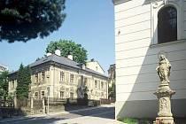 Bývalá fara u kostela svaté Anny, dříve i bydliště manželů Scheybalových.