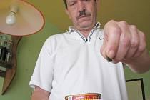 """Karel Novák ukazuje """"železné"""" sardinky."""