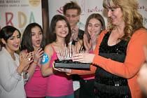 PAPRSKY. Takový název nese zdobná korunka pro vítězku osmadvacátého ročníku celostátní soutěže krásy Dívka roku, určené pro slečny od třinácti do patnácti let. V Praze ji představila Olga Kopalová – Rynešová, majitelka české rodinné firmy ŠENÝR Bijoux z J