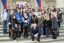 Žáci ze Základní školy Mozartova v Jablonci se vyfotografovali se senátorem Jaroslavem Zemanem před budovou Senátu.