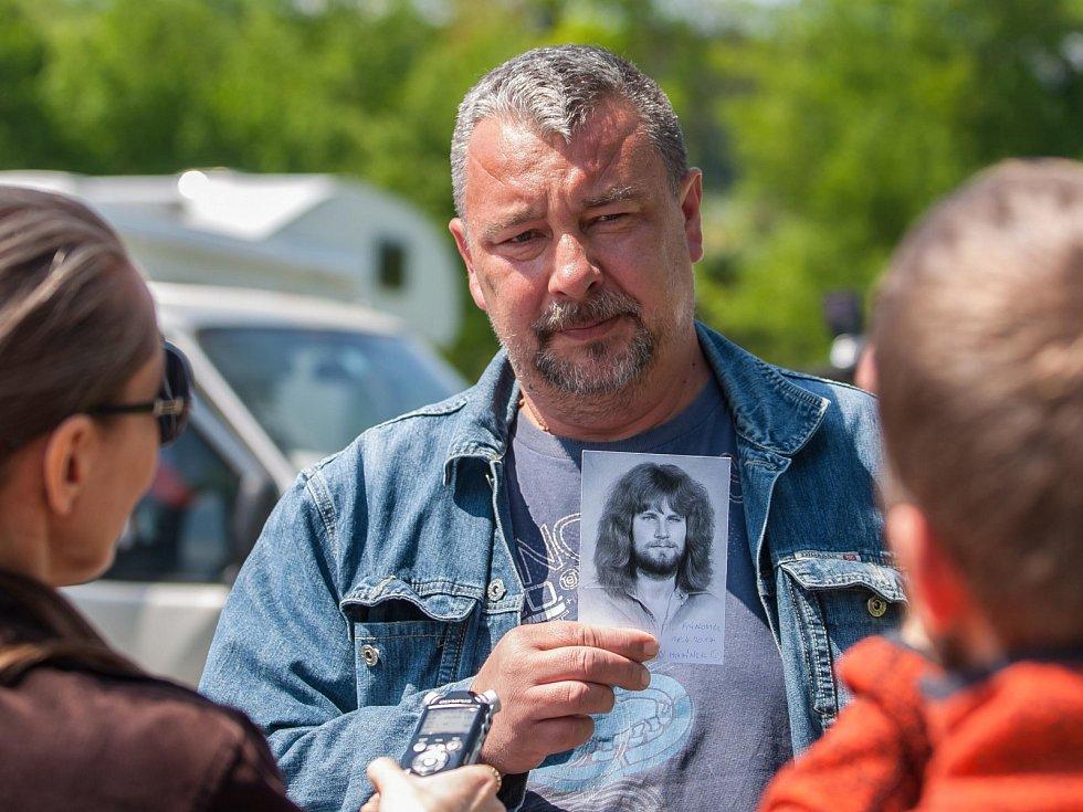 Pan Pavel si přišel pro podpis Jiřího Kajínka s jeho fotografií přímo před Rýnovickou věznici. V neděli 21. května po poledni se ještě stále čeká na prezidentskou milost pro známého vězně