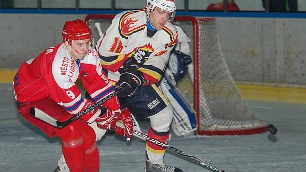 V prvním utkání osmifinále play-off rozhodly o vítězi až nájezdy. Pelhřimov (v červeném) se po nich ujal nad Vlky vedení 1:0 v sérii.