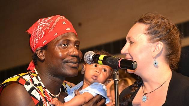 Na snímku Akassa Badjie se synem a Janou Hamplovou.