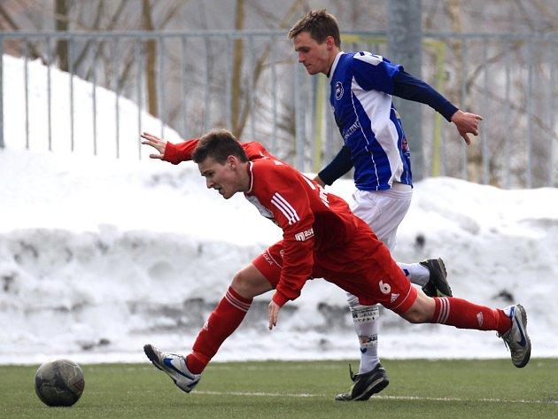 Fotbalisté Mšena jen remizovali s Pěnčínem-Turnovem (v modrém) 0:0.