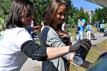 Desítky orisků dlaní spolu s podpisy jejich majitelů zdobí parovod ve Mšeně u Základní školy v Mozartově ulici. Ten se ve středu proměnil v galerii pro děti a 15 graffity umělců.