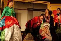 Mnoho povyku pro nic - jednu ze slavných her dramatika předvede pod širým nebem i ochotnický soubor Mrsťa Prsťa Kouřim.